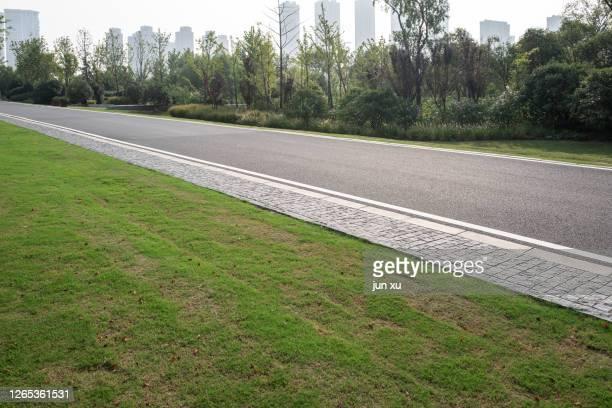 green belt on urban expressway - nanjing road stockfoto's en -beelden