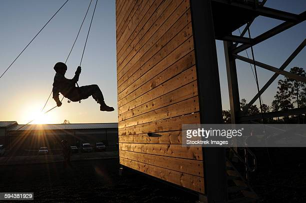 green beret rappels down a 50 foot wall. - military training stock pictures, royalty-free photos & images