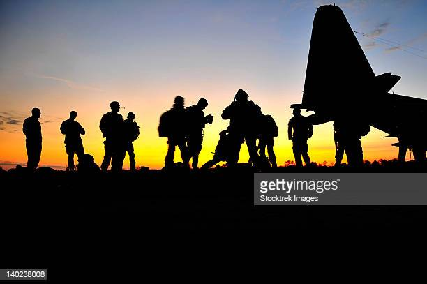 green berets prepare to board a kc-130 aircraft. - special forces stock pictures, royalty-free photos & images