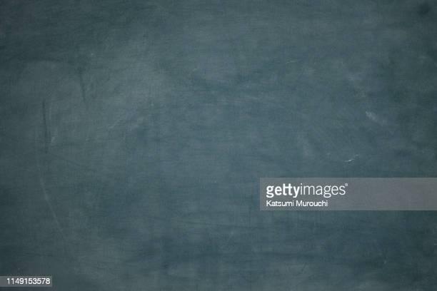 green blackboard texture background - schild stock-fotos und bilder