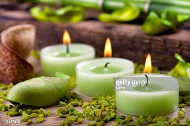 Bougies vertes et de petites pierres disposition