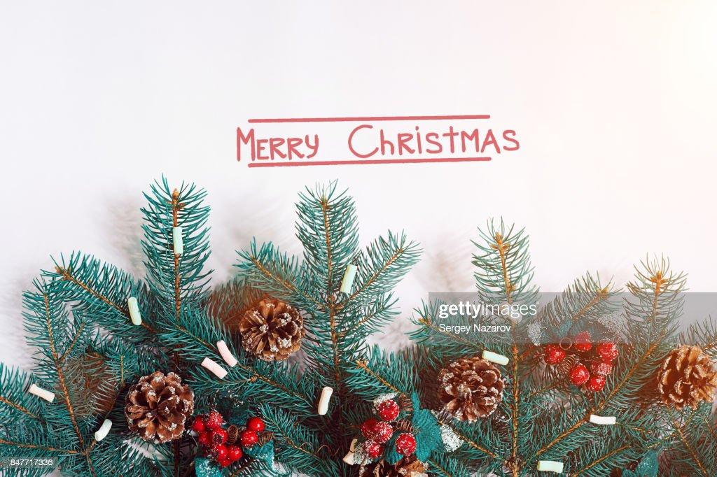 Tannenarten Weihnachtsbaum.Grüne Tanne Weihnachtsbaum Zweige Mit Zapfen Isoliert Auf Weißem