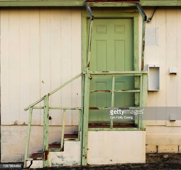 green door and stairs of abandoned motel in usa - lyn holly coorg fotografías e imágenes de stock
