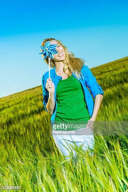 Grüne Energie: Mädchen hält ein Windrad