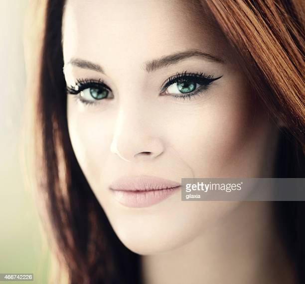 verde eyed attraente brunette. - gilaxia foto e immagini stock