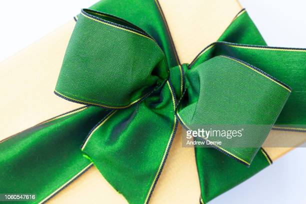 green festive bow - andrew dernie photos et images de collection