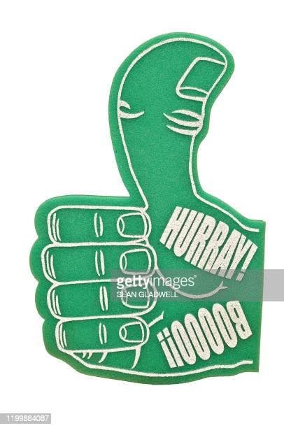 green foam supporter hand - foam finger - fotografias e filmes do acervo