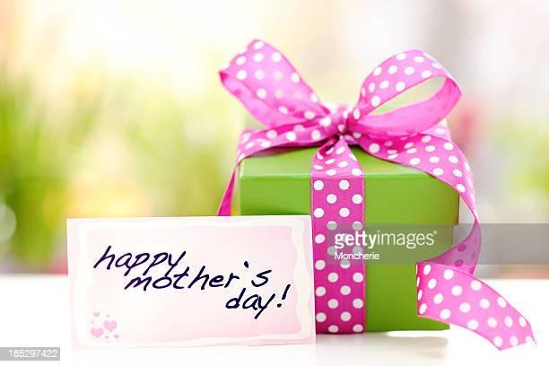 Grüne Geschenk-box mit einem Mütter Tag Karte