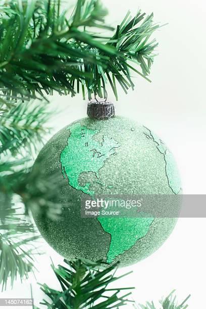 Green globe bauble auf Baum