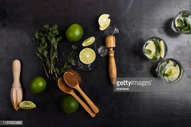 green guacamole sauce ingregients and fresh dip in rural mug - cocktail stock-fotos und bilder