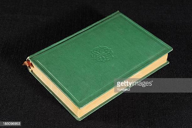 ブラックにグリーンのハードカバーの本