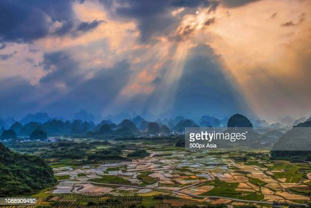 green hills at sunset, guilin, guangxi zhuang autonomous region, china - image stockfoto's en -beelden