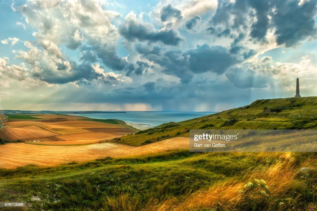 Green hills under cloudy sky, Escalles, Nord-Pas-de-Calais, France : Photo