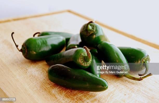 green hot jalapeno peppers - jalapeno stock-fotos und bilder