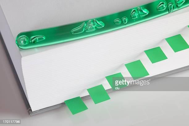 verde schede indice e penna su libro - spesso foto e immagini stock