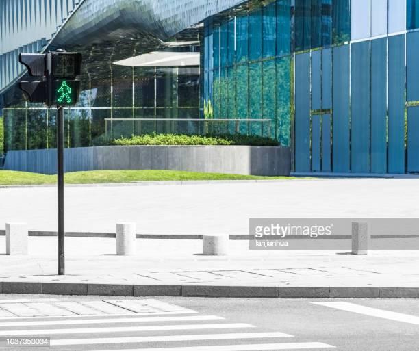 green light - strisce pedonali foto e immagini stock