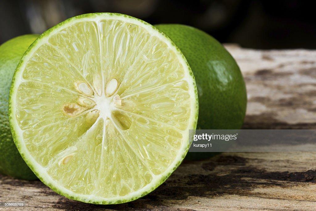 limes Verde sobre fondo de madera : Foto de stock