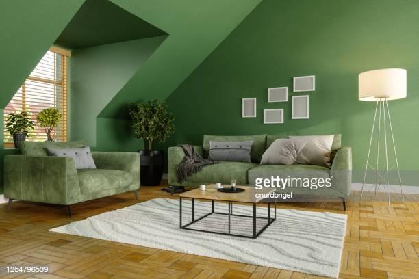 sala verde com sofá verde, mesas de café e plantas - imagem a cores - fotografias e filmes do acervo