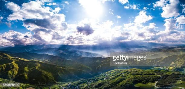 Paysage de montagne verte dans une belle journée de printemps