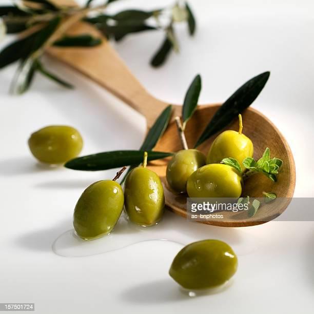 Olive verdi e un Mestolo di legno