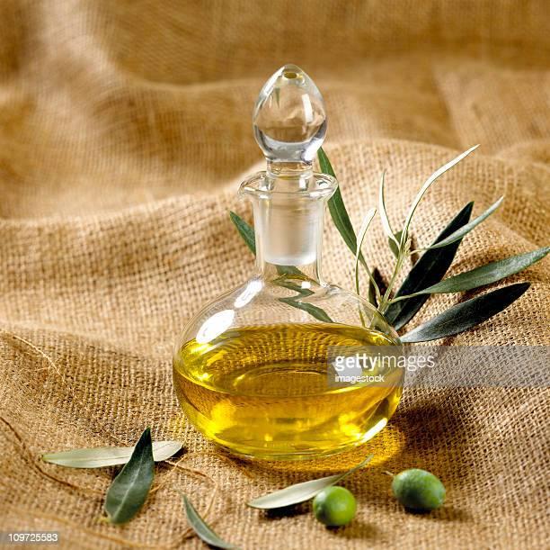 Grüne Oliven mit Olivenöl auf sackcloth