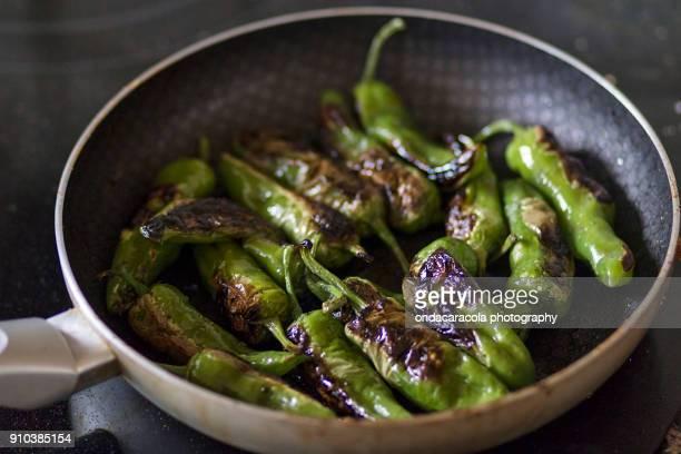 green peppers - pimientos fotografías e imágenes de stock