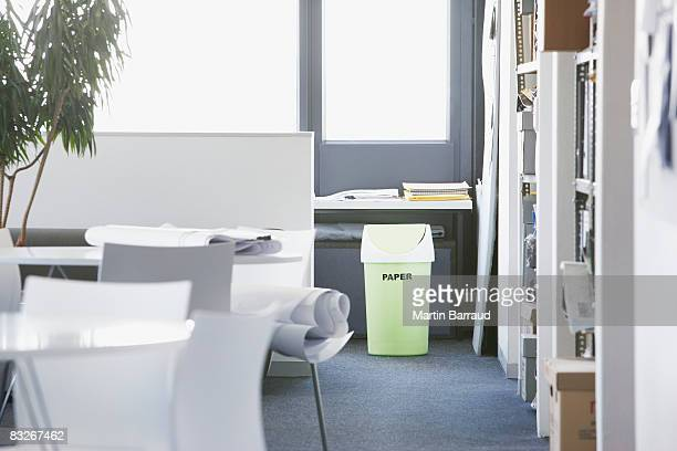 Vert poubelle de recyclage dans le bureau