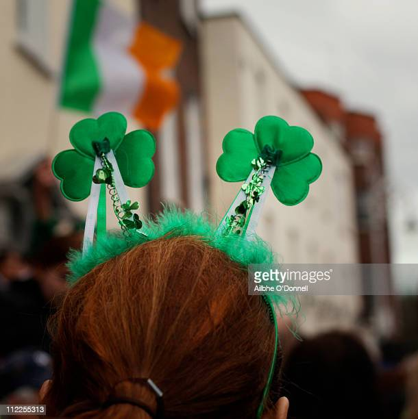 green shamrocks on saint patrick's day - st patricks day stock pictures, royalty-free photos & images