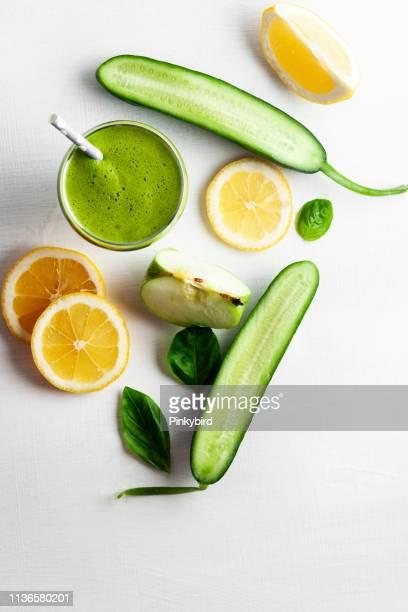 酸化防止剤とグリーンスムージー, ガラスの新鮮なフルーツジュースの飲み物, - キュウリ ストックフォトと画像