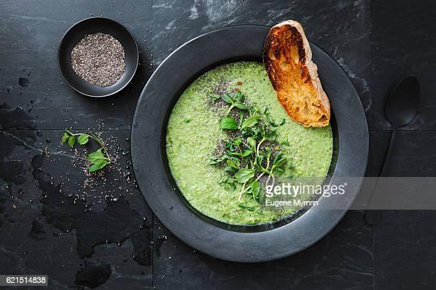 green soup with chia and almonds - stoviglie foto e immagini stock