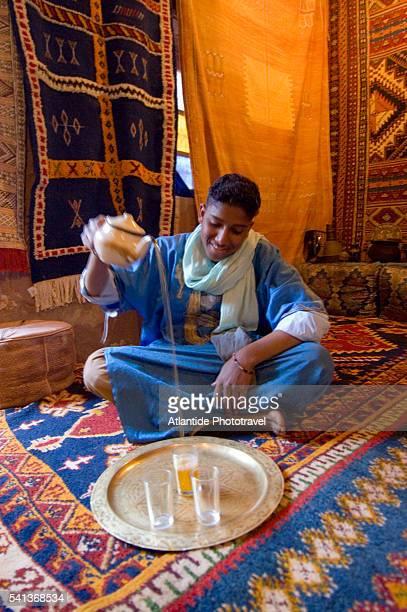 green tea ceremony at home of kayou el hassan - touareg photos et images de collection