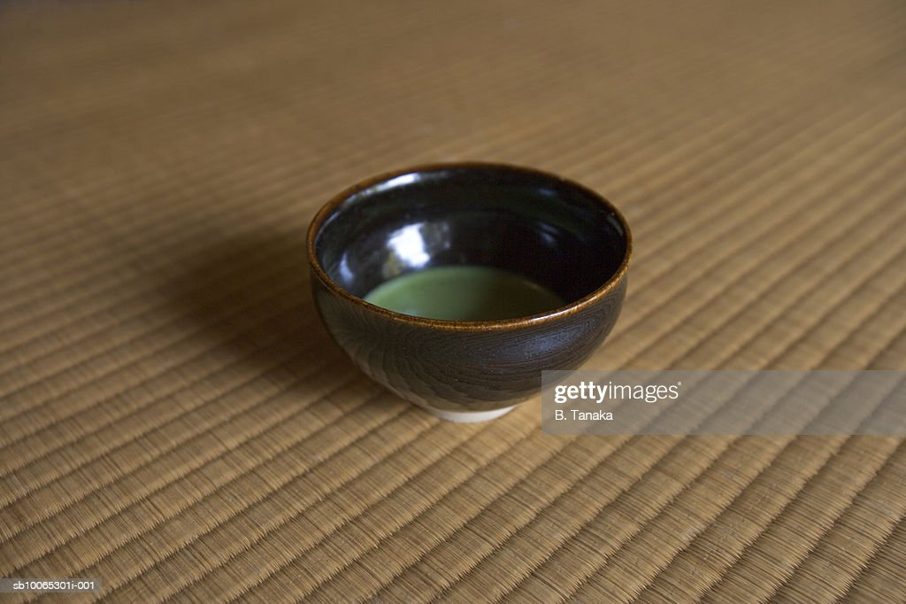 Green tea in bowl on tatami mat, close-up : Foto stock