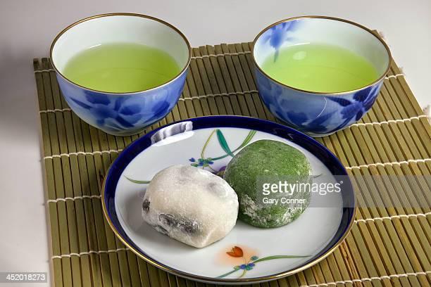 Green tea with rice cake