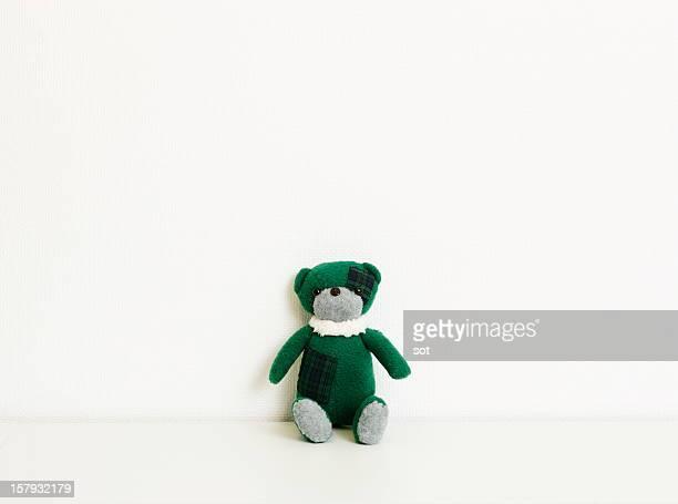green teddy bear - objet vert photos et images de collection
