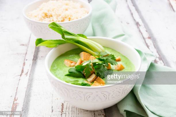 green thai curry with spinach, pak choi, tofu, coriander and jasmine rice - meat substitute stock pictures, royalty-free photos & images