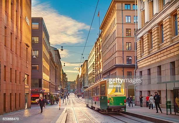 """Green Straßenbahn im Einkaufszentrum """" Aleksanterinkatu""""  in der Innenstadt von Helsinki, Finnland"""