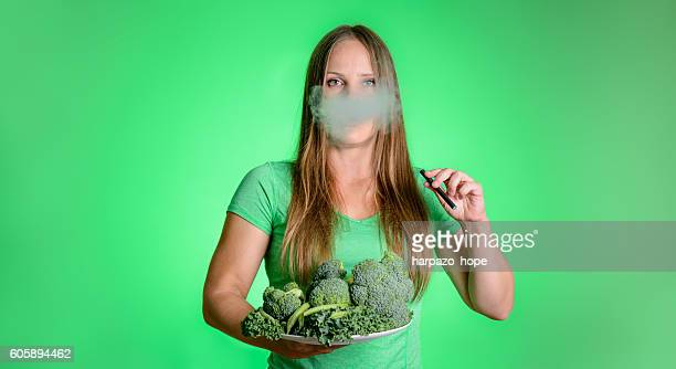green vaping - femme qui fume photos et images de collection