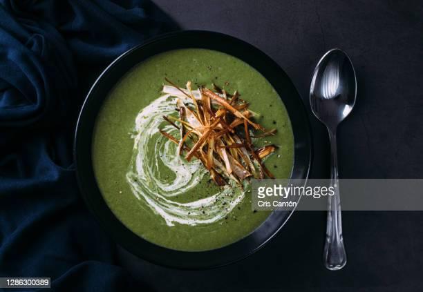 green vegetables soup with cream - cris cantón photography fotografías e imágenes de stock
