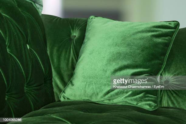 green velvet sofa with cushion at home - terciopelo fotografías e imágenes de stock