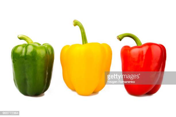 green, yellow and red bell peppers isolated on white background - pimentão legume - fotografias e filmes do acervo
