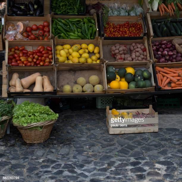 greengrocer's shop - bancarella di verdura foto e immagini stock