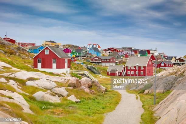 grönland ilulissat bunte stadtbild ansicht - ilulissat stock-fotos und bilder