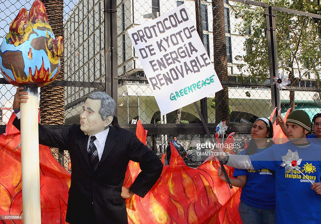 Greenpeace activists demonstrate outside the United States Ambassy in Mexico City 16 February 2005. Greenpeace protests because the USA refuses to sign the Kyoto Protocol related to climatic changes which comes into effect today. AFP PHOTO/Omar TORRES
