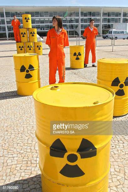 Greenpeace activists protest against the Brazil-Germany agreement about nuclear energy, in front of Planalto palace in Brasilia, 18 November 2004....