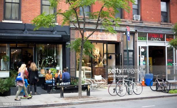 greenpoint, ny: millennials entspannen außerhalb eatery - brooklyn new york stock-fotos und bilder