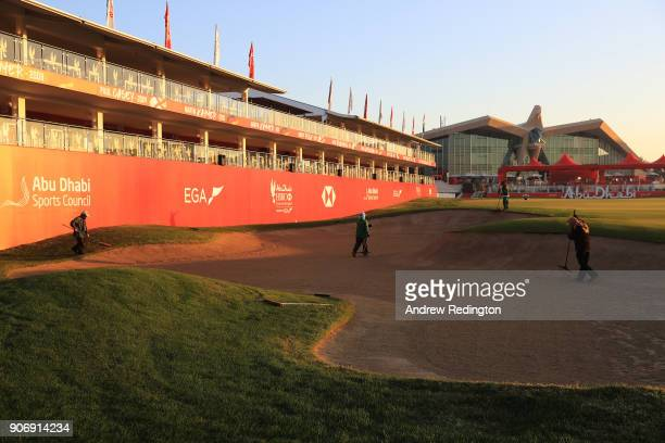 Greenskeepers prepare the 18th hole prior to round two of the Abu Dhabi HSBC Golf Championship at Abu Dhabi Golf Club on January 19 2018 in Abu Dhabi...
