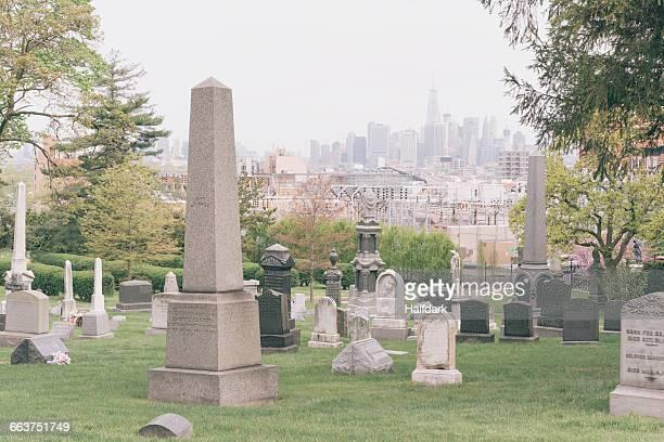 green-wood cemetery with manhattan in background - friedhof stock-fotos und bilder