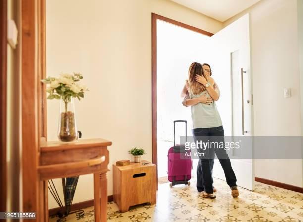 cumprimentando e acolhendo sua amiga - visita - fotografias e filmes do acervo