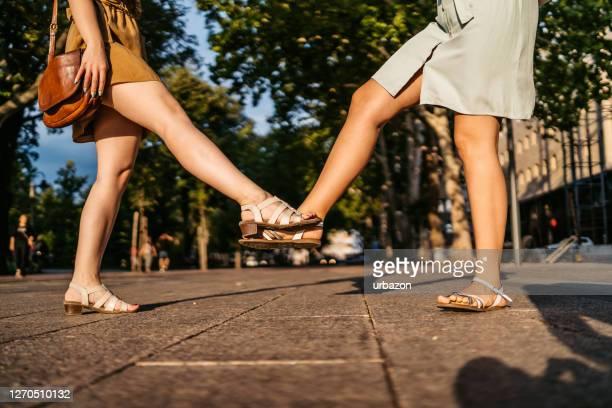 gruß mit fußhahn während der pandemie - sandale stock-fotos und bilder