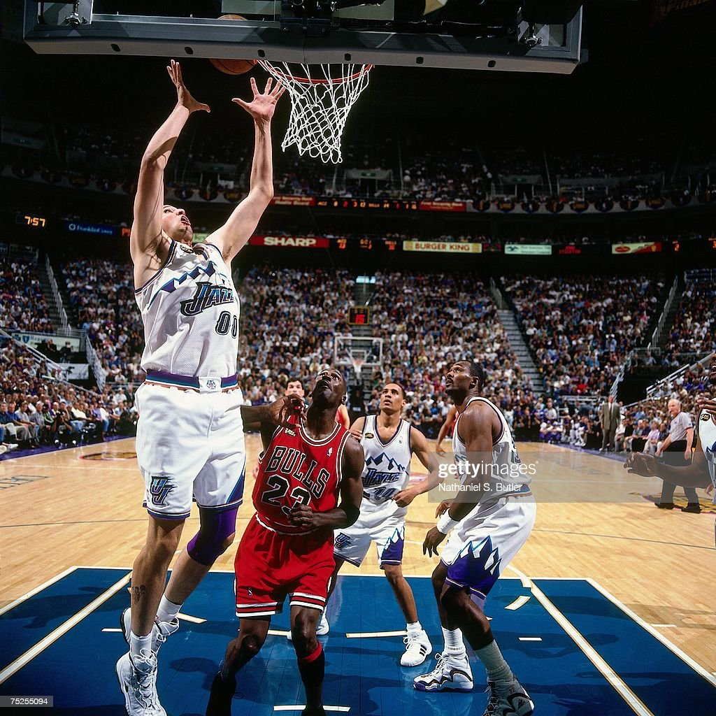 Greg Ostertag of the Utah Jazz attempts a layup against Michael ... 70926be8f